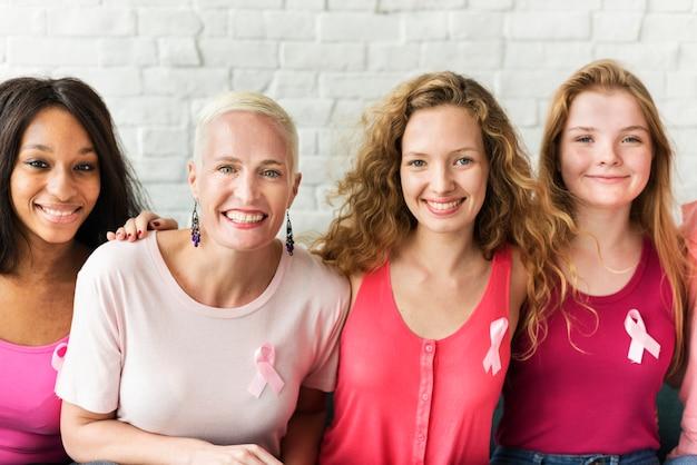 Um grupo de diversas mulheres com fita rosa para conscientização do câncer de mama