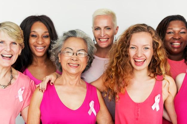 Um grupo de diversas mulheres com fita rosa