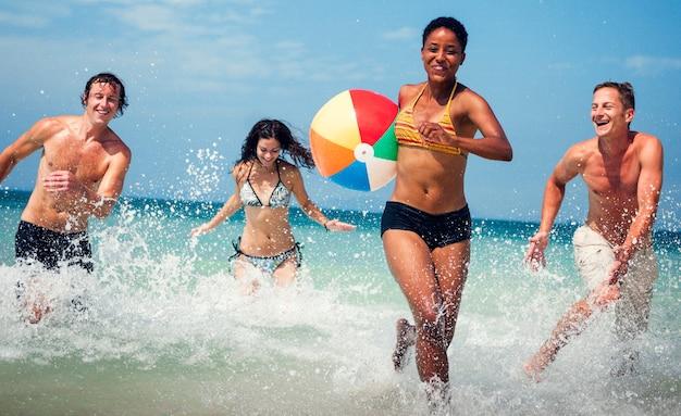 Um grupo de diversas pessoas se diverte na praia
