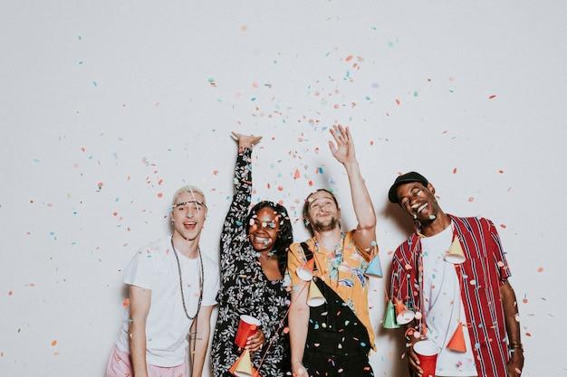 Um grupo de diversos amigos comemorando em uma festa