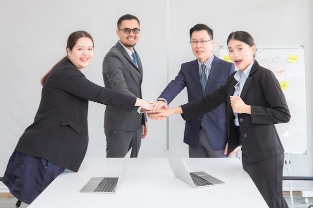 Um grupo de empresários apertando as mãos