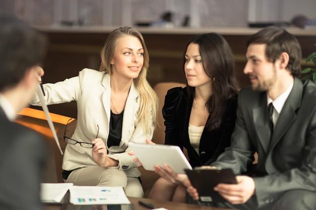 Um grupo de empresários de sucesso. discussão do importante contrato da empresa.