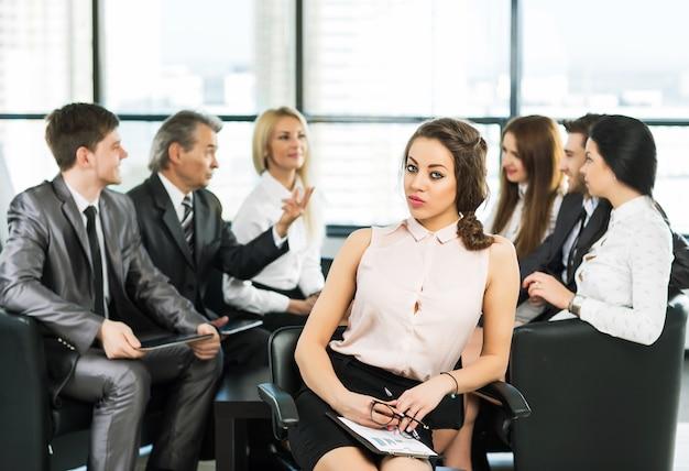 Um grupo de empresários discutindo a política da empresa no escritório.