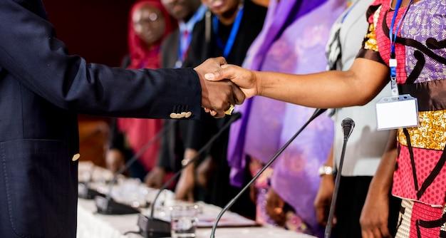 Um grupo de empresários internacionais, apertando as mãos
