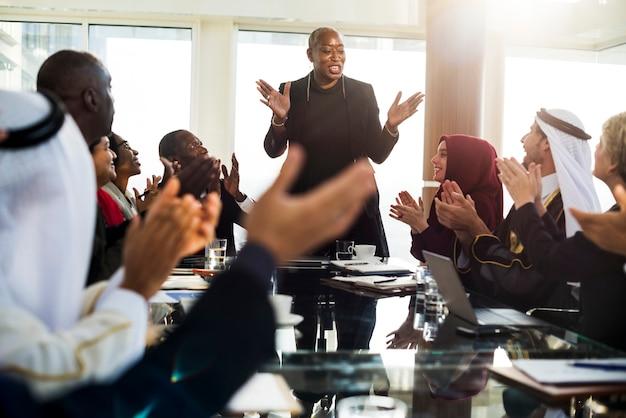 Um grupo de empresários internacionais em reunião sobre meio ambiente