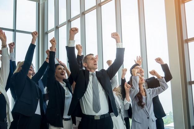 Um grupo de empresários levantou as mãos
