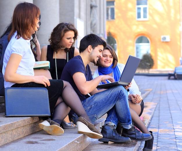 Um grupo de estudantes discutindo notícias on-line