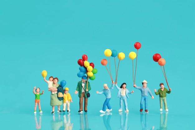 Um grupo de família feliz está se divertindo e segurando balão