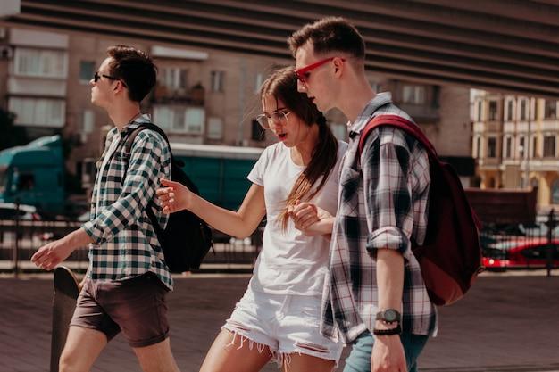 Um grupo de jovens desfrutar de um passeio pela cidade em um dia ensolarado