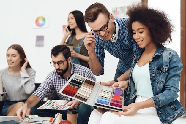 Um grupo de jovens designers faz brainstorming.