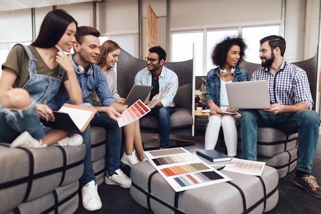 Um grupo de jovens designers trabalha em conjunto.