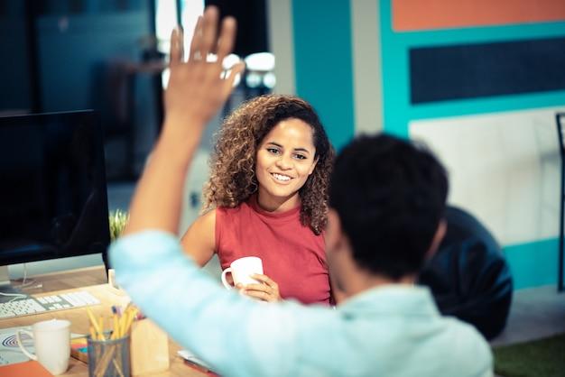 Um grupo de jovens empresários estão discutindo alegremente