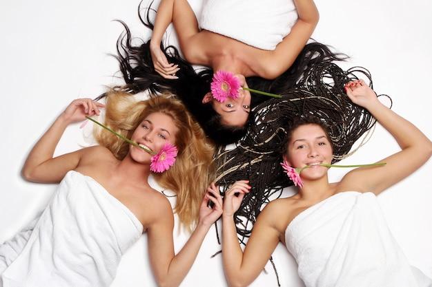 Um grupo de linda mulher com flor