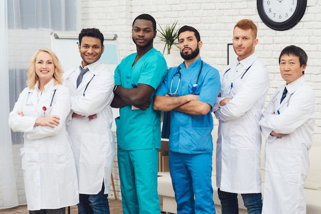 Um grupo de médicos está posando para a câmera.