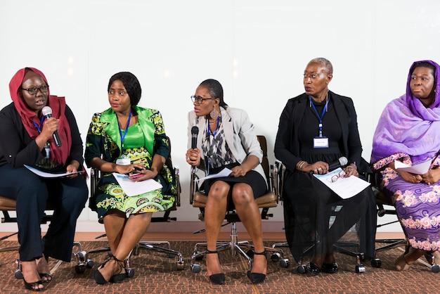 Um grupo de mulheres de negócios que participam de um painel de discussão