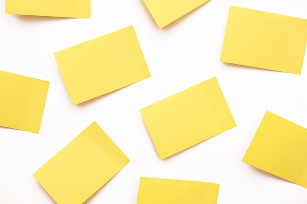 Um grupo de notas de post-it amarelas, papel autocolante, blocos de notas na parede