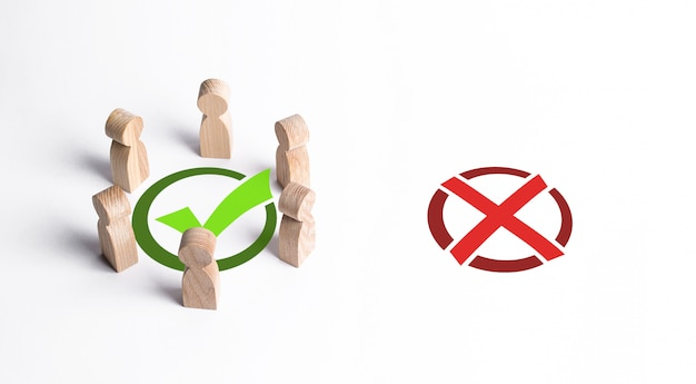 Um grupo de pessoas cercou uma marca de seleção verde, ignorando o x vermelho. a escolha coletiva certa, estratégia inteligente e previsão. profissionalismo, cooperação e colaboração. aprovação pública.