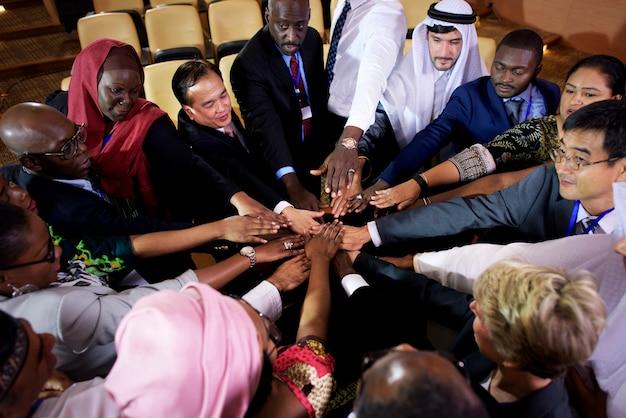 Um grupo de pessoas de negócios colocando as mãos their juntos