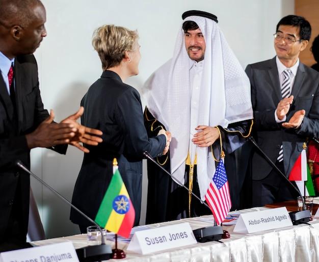 Um grupo de pessoas de negócios em uma reunião sobre o meio ambiente, batendo palmas de suas mãos