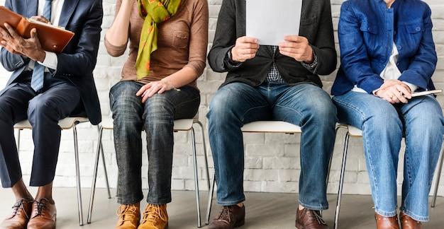 Um grupo de pessoas está à espera de uma entrevista de emprego