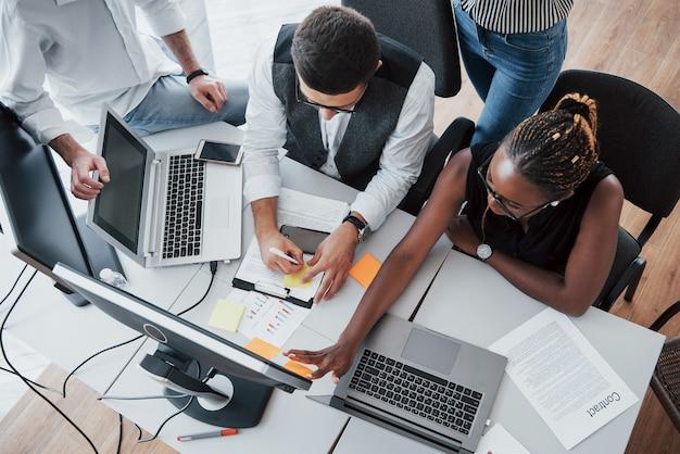 Um grupo de pessoas multinacionais ocupadas trabalhando no escritório.