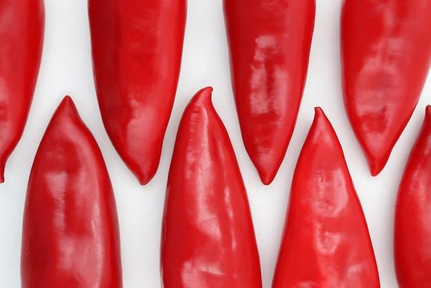 Um grupo de pimentões vermelhos em um branco