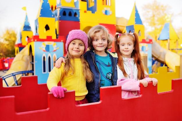 Um grupo de pré-escolares brincar e sorrir