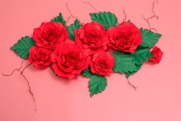 Um grupo de rosas de papel