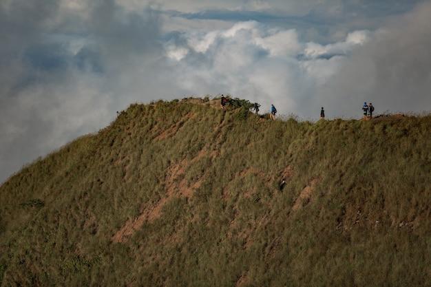 Um grupo de turistas caminha nas montanhas. bali