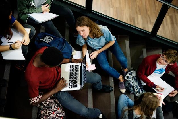 Um, grupo estudantes, estudar, escadas