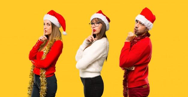 Um, grupo pessoas, loiro, mulher, vestido, para, natal, feriados, mostrando, um, sinal, de, encerramento