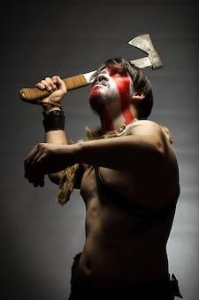 Um guerreiro brandindo um machado furiosamente