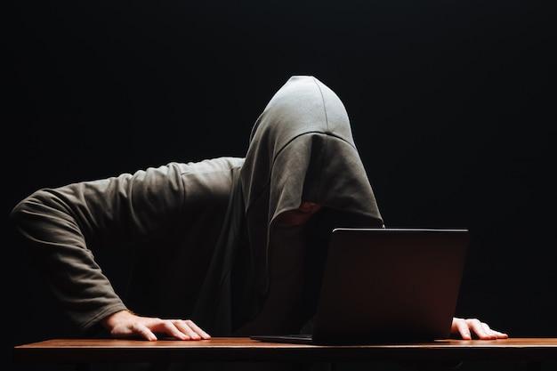 Um hacker com um laptop planejou o crime