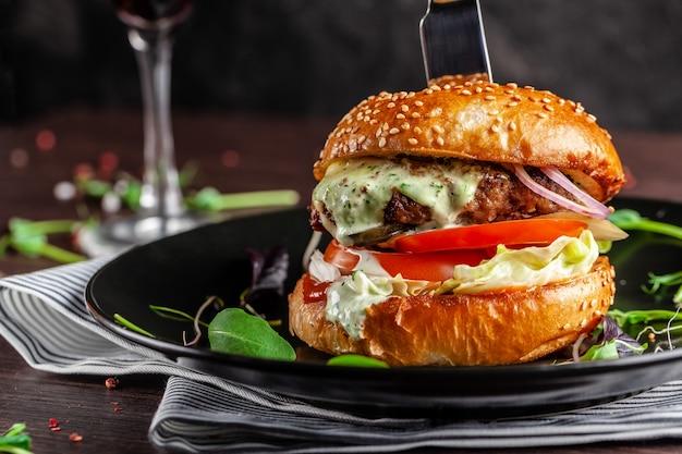 Um hambúrguer de carne suculenta.