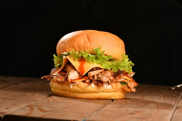 Um hambúrguer é um sanduíche que consiste em um ou mais hambúrgueres cozidos de carne moída