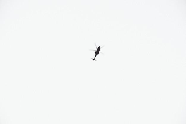 Um helicóptero voando em cima