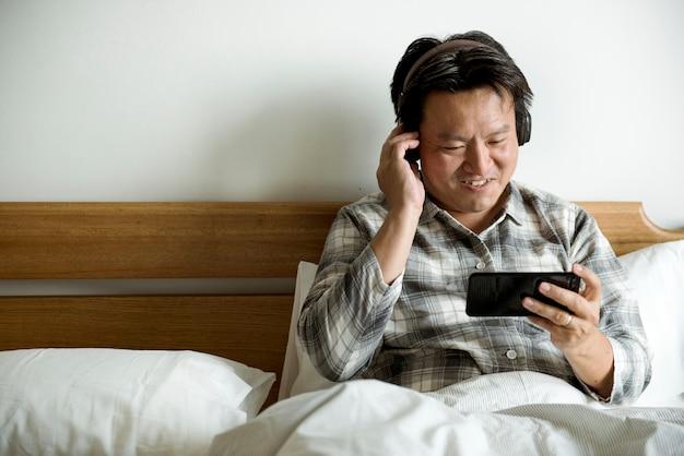 Um homem a ouvir música