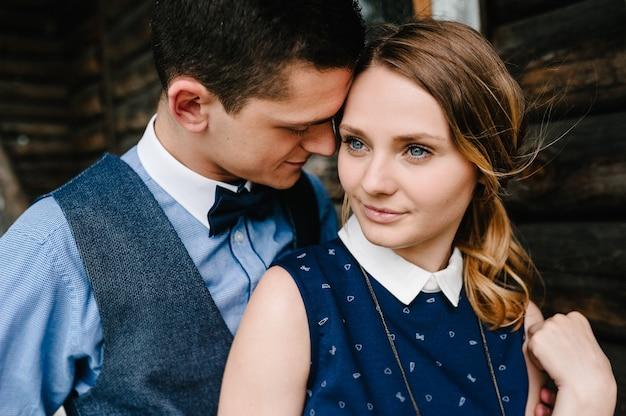 Um homem abraça uma mulher carinhosa
