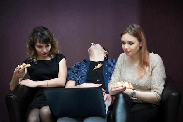 Um homem adormeceu entre duas garotas durante um filme.