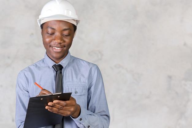 Um homem afro-americano trabalhador da construção civil
