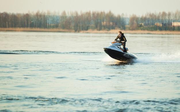 Um homem anda de hidrociclo