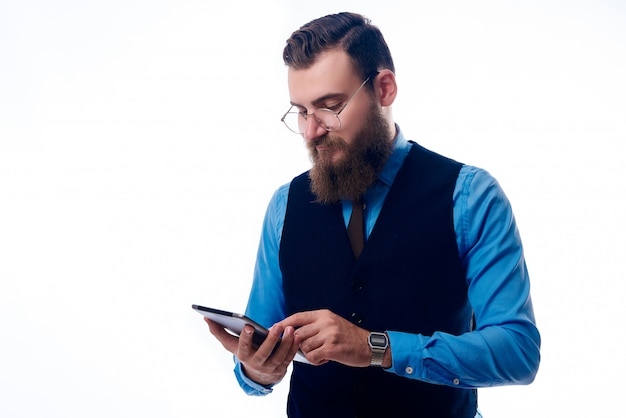 Um homem bonito com uma barba vestida com uma camisa azul