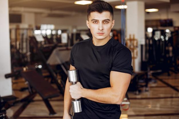 Um homem bonito está envolvido em um ginásio