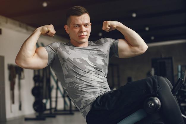 Um homem bonito está envolvido em uma academia