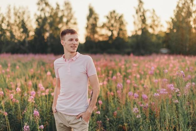 Um homem caminha por um prado florido. amor e primavera florescendo