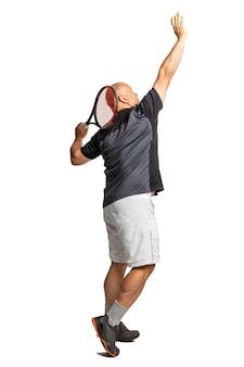 Um homem careca de meia-idade joga tênis. canhoto. isolado em um fundo branco