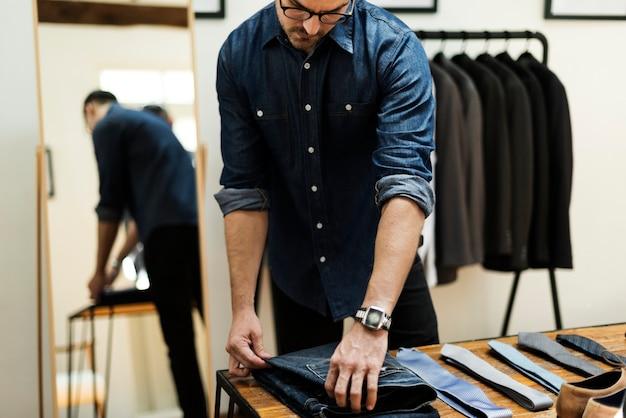 Um homem casual, comprando roupas novas Foto Premium