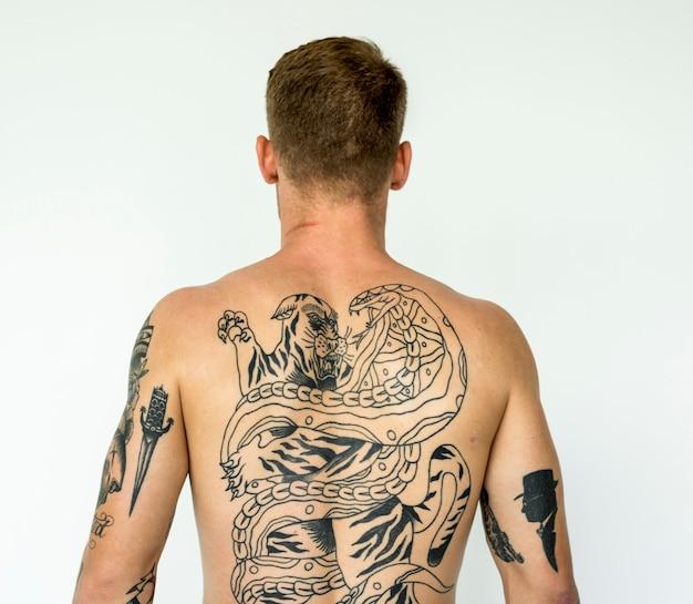 Um homem cheio de tatuagens