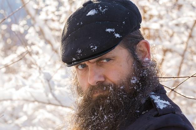 Um homem com barba na neve