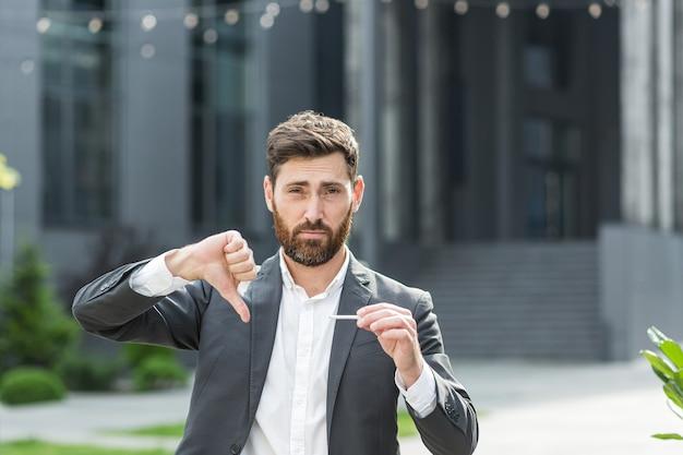 Um homem com barba parou de fumar, quebra um cigarro com as mãos, luta contra o fumo